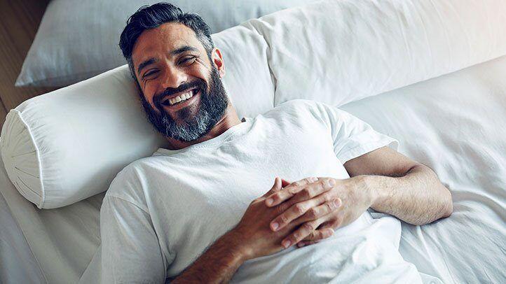 omul așezat în pat